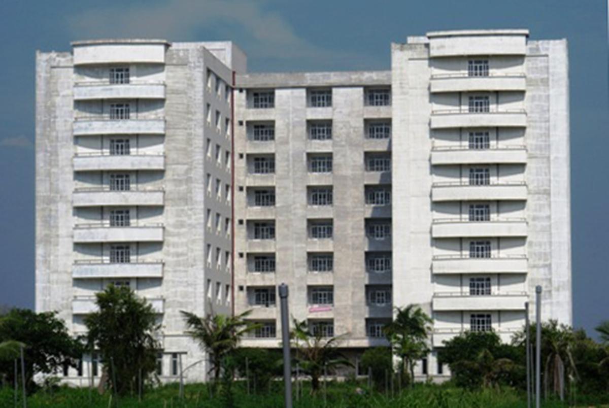 Khu ký túc xá 9 tầng Đại học Sao Đỏ đang được tỉnh Hải Dương tiến hành cải tạo làm khu cách ly tập trung. Ảnh: Giang Chinh