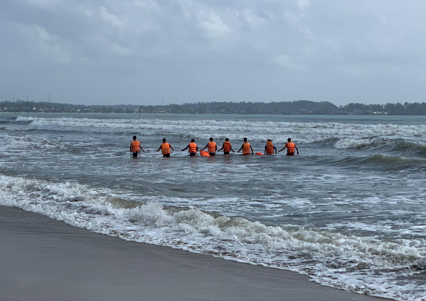 Lực lượng cứu hộ tìm kiếm nam sinh mất tích ở bãi tắm Mỹ Khê. Ảnh: Thạch Thảo.