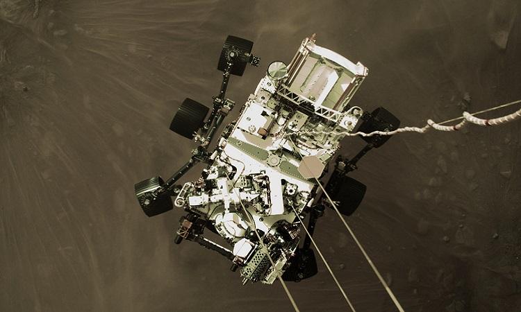 Robot Perseverance hạ cánh xuống sao Hỏa. Ảnh: NASA.
