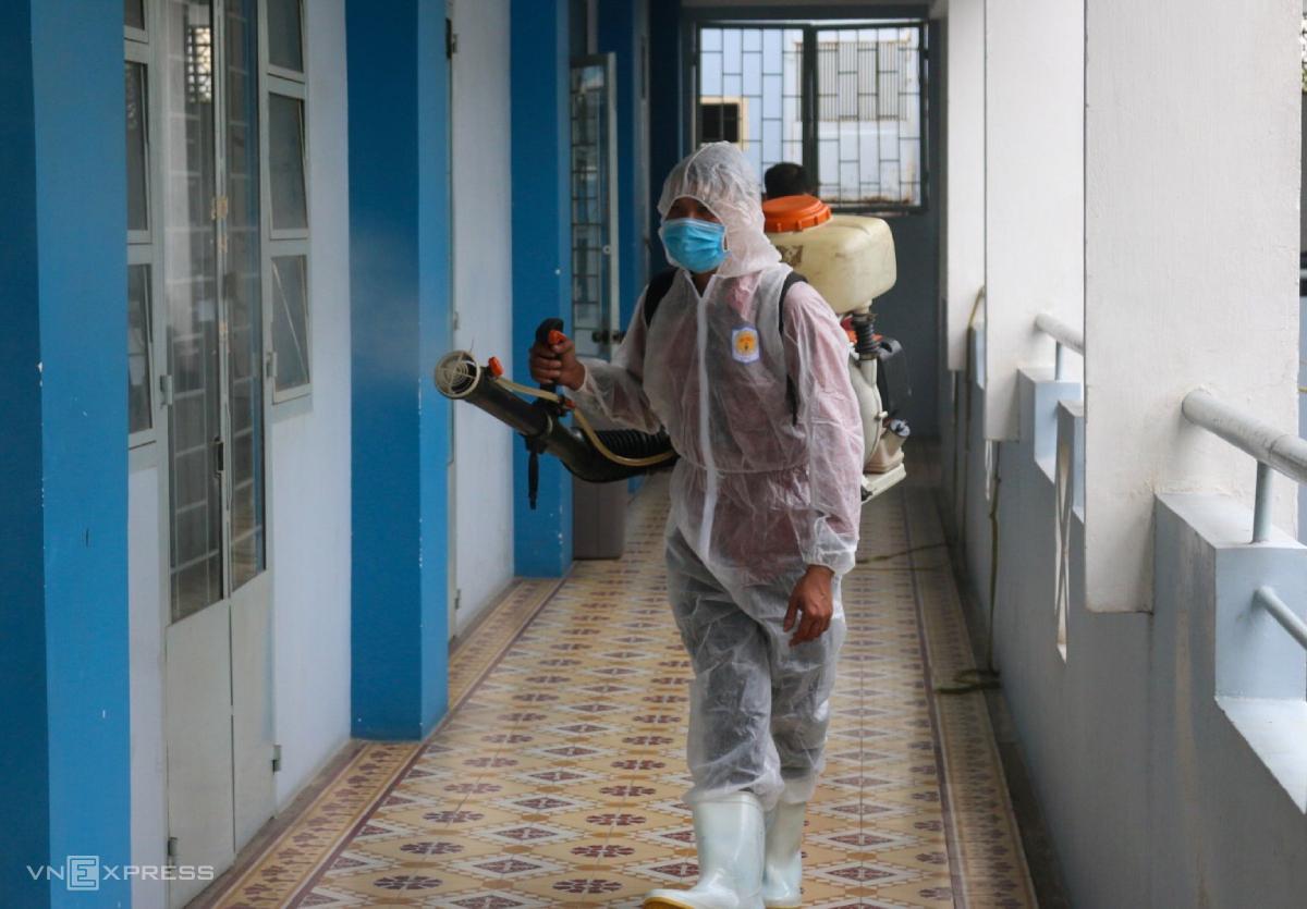 Trường THPT Nguyễn Du, quận 10, phun thuốc sát trùng phòng học, ngày 30/1. Ảnh: Lê Nam .