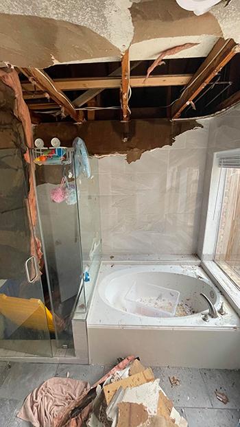 Trần phòng tắm nhà anh Nguyễn Phương ở Sugar Land bị hư hỏng nặng sau khi vỡ đường ống nước. Ảnh:Nguyễn Phương.