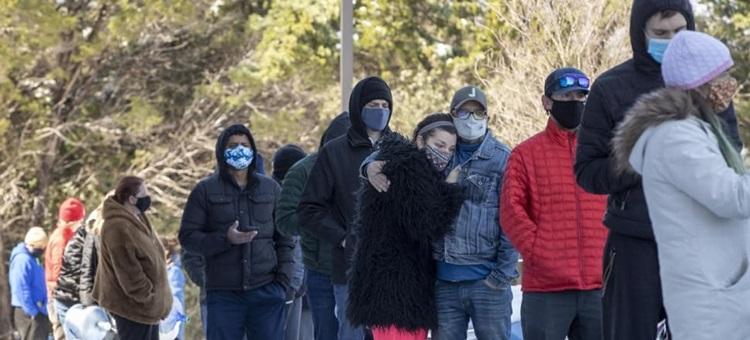 Người dân xếp hàng chờ được phân phát nước ở Austin, Texas hôm 19/2. Ảnh: AAP.