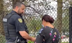 Cảnh sát Mỹ 'giải cứu' người bán hoa dạo