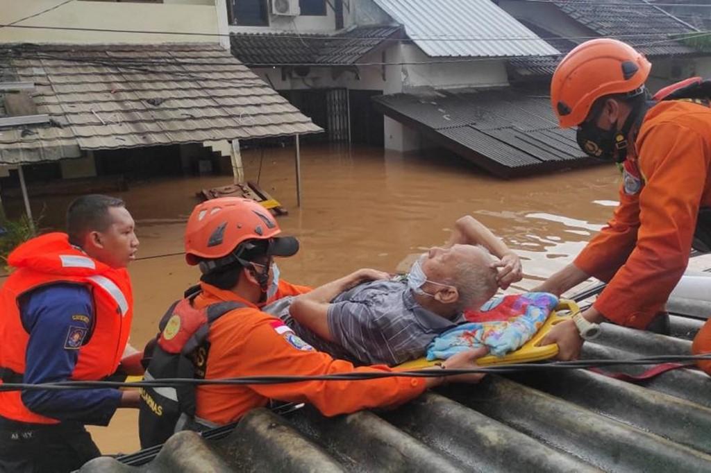 Lực lượng cứu hộ Jakarta giải cứu một cụ ông kẹt trong lũ lụt hôm 20/2. Ảnh: AFP