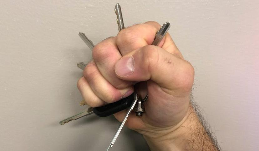 Kẹp chìa khóa giữa ngón tay là tư thế tự vệ sai sách. Ảnh: Mindful Defense.