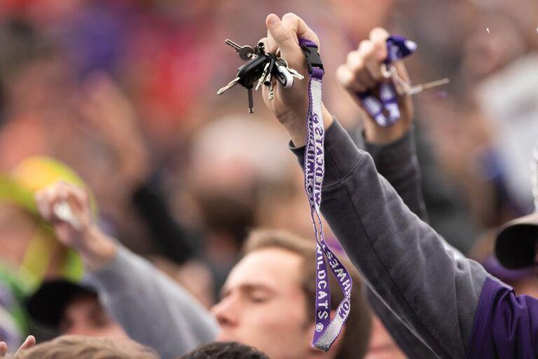 Bạn có thể móc chùm chìa khóa vào vật có hình dạng dài để quăng vào kẻ tấn công. Ảnh: The Daily Northwestern.