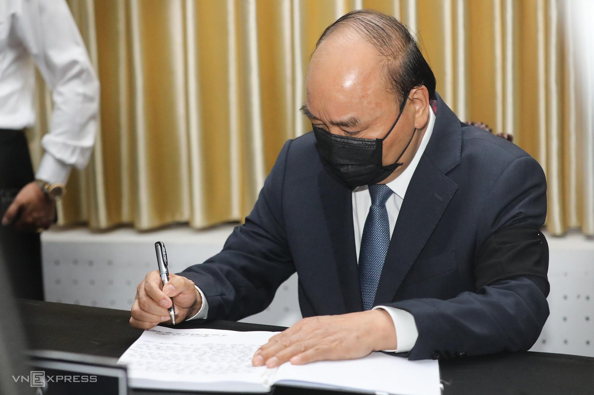 Thủ tướng Nguyễn Xuân Phúc gửi lời chia buồn trong sổ tang. Ảnh: Quỳnh Trần