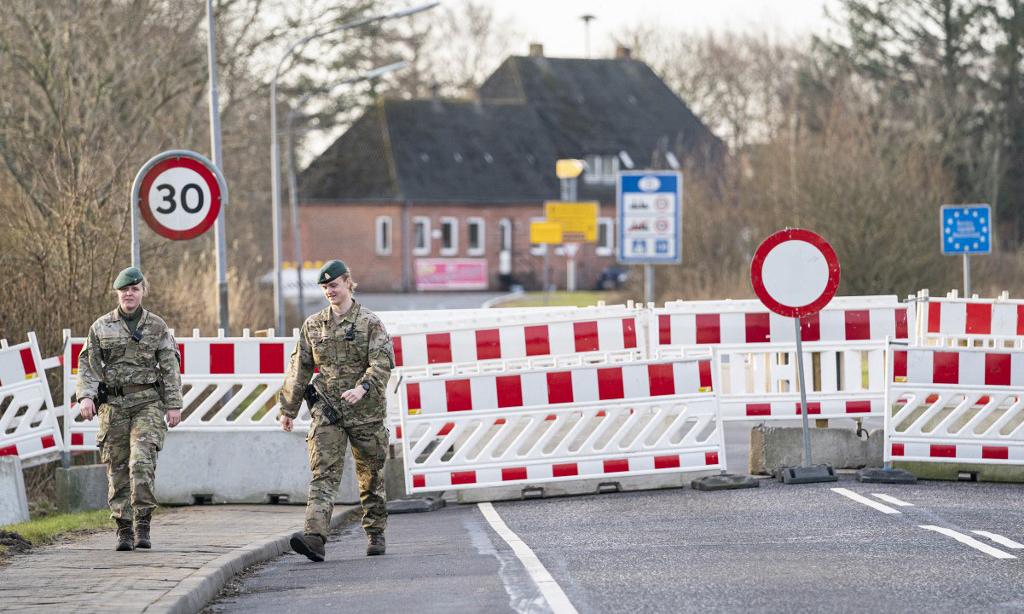 Cảnh sát đứng gác tại biên giới đóng cửa giữa Đức và Đan Mạch ở Rudbol, phía nam Đan Mạch, hôm 21/2. Ảnh: AFP.