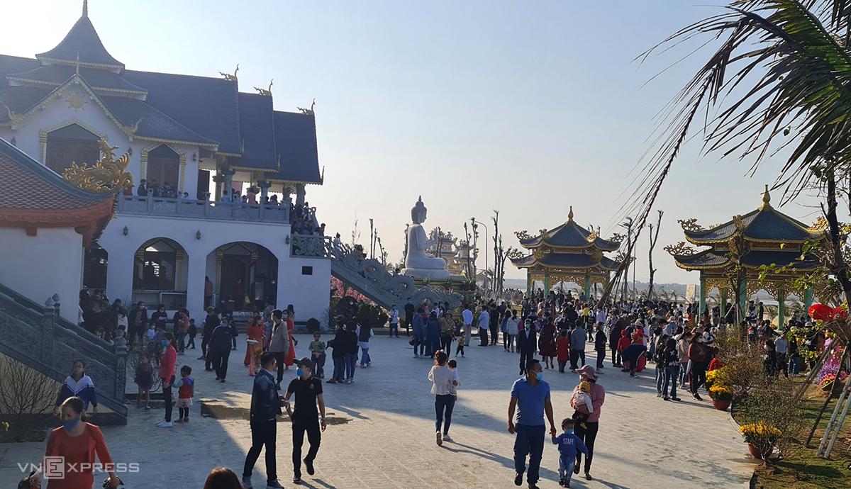 Hàng nghìn người dân và du khách thập phương đã đến tham quan chùa Bụt và điểm du lịch văn hoá tâm linh Lạch Trường những ngày qua. Ảnh: Lê Hoàng.