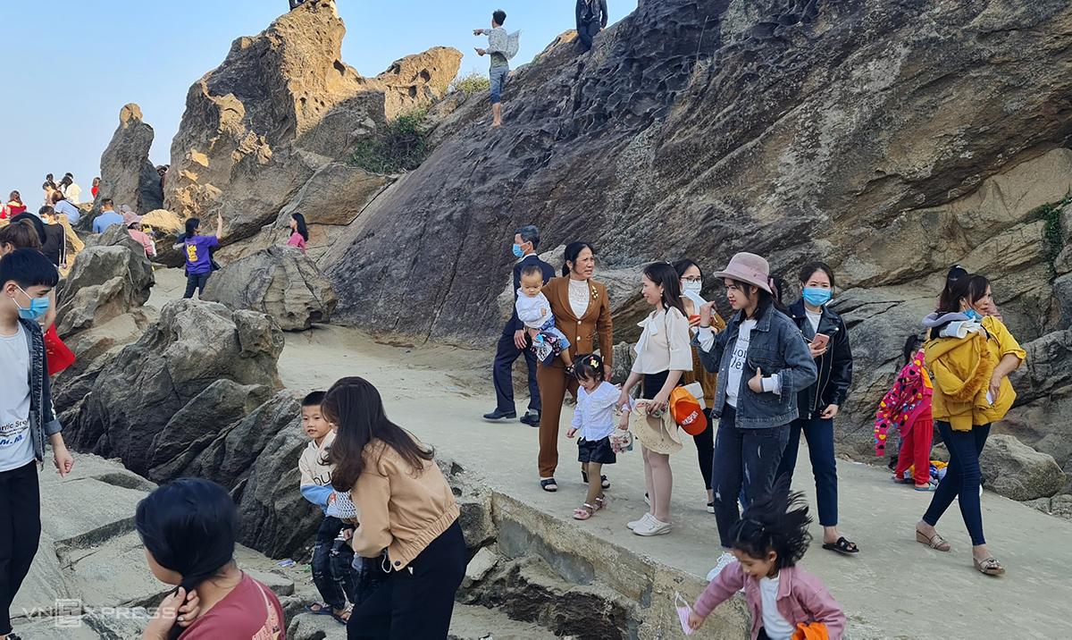 Sau khi lễ chùa, người dân đi du ngoạn núi Hòn Bò bên cạnh. Lúc hành lễ cũng như đi chơi, nhiều người không đeo khẩu trang song không bị nhắc nhở hay xử phạt hành chính. Ảnh: Lê Hoàng.