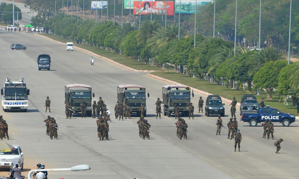 Binh sĩ và cảnh sát Myanmar dàn lực lượng ứng phó biểu tình tại thủ đô  Naypyidaw, ngày 22/2. Ảnh: AFP.