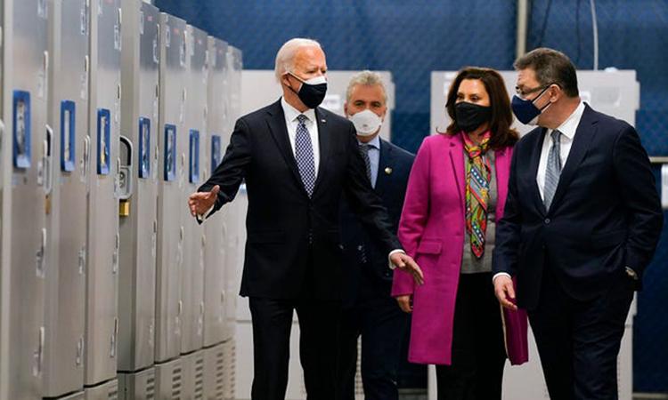 President Joe Biden (left) visits Pfizer's vaccine factory in Portage, Michigan on February 19.  Photo: AP.