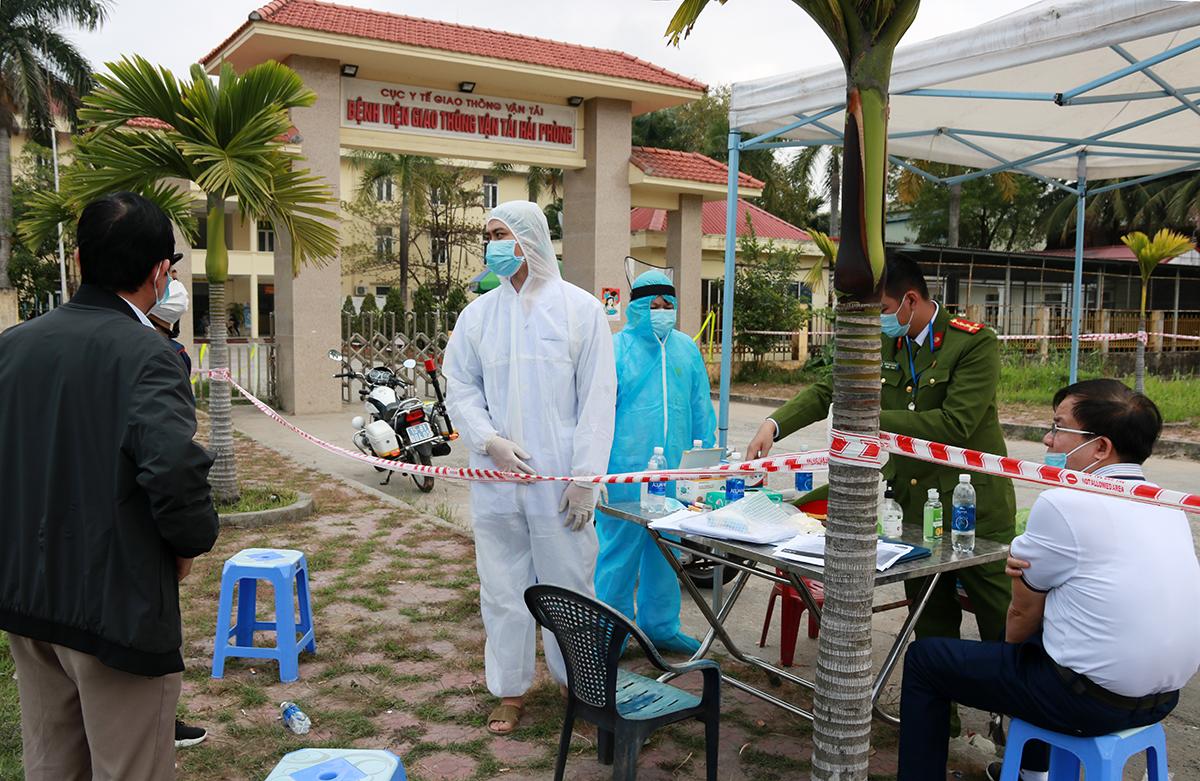 Bệnh viện GTVT Trung ương tại Hải Phòng được phong tỏa trong sáng nay sau khi nữ nhân viên điều dưỡng của bệnh viện nhà ở thôn Lôi Động, xã Hoàng Động, huyện Thủy Nguyên mắc nCoV. Ảnh: Giang Chinh