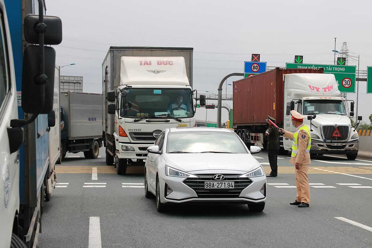 Trong sáng 22/2, 49 xe ô tô chở hàng và ô tô cá nhân đến Hải Dương, Quảng Ninh và một số khu vực có người mắc covid-19 vào Hải Phòng theo cao tốc Hà Nội- Hải Phòng đều bị yêu cầu quay xe về. Ảnh: Giang Chinh