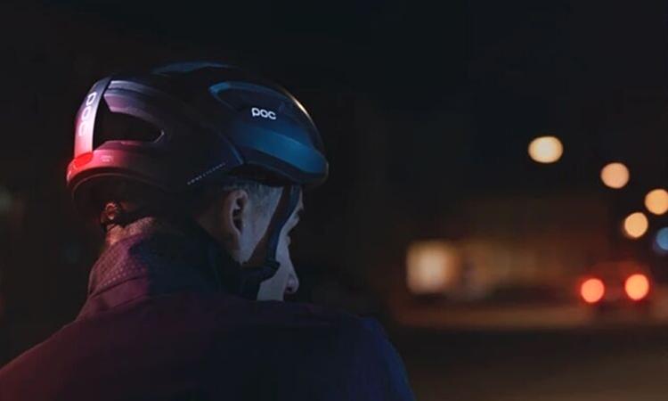 Mũ bảo hiểm Omne Eternal chuyển ánh sáng thành điện năng. Ảnh: POC.