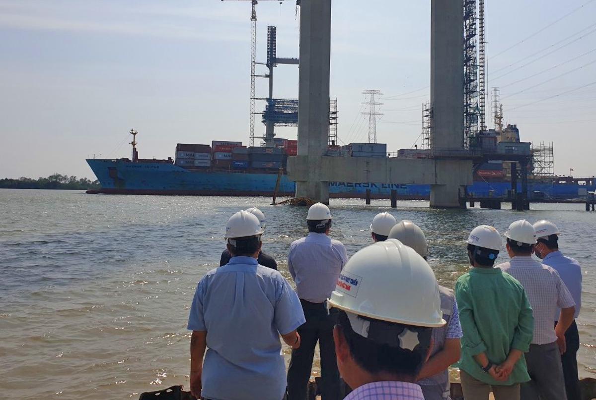 Lãnh đạo Bộ Giao thông Vận tải cùng các bên liên quan kiểm tra hiện trường sự cố tại trụ cầu Phước Khánh chiều 22/2. Ảnh: Phan Doãn.