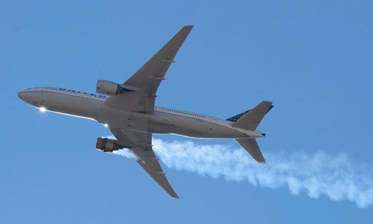 Động cơ chiếc Boeing 777-200 bốc cháy, phun khói trên bầu trời bang Colorado, Mỹ hôm 21/2. Ảnh: Reuters.