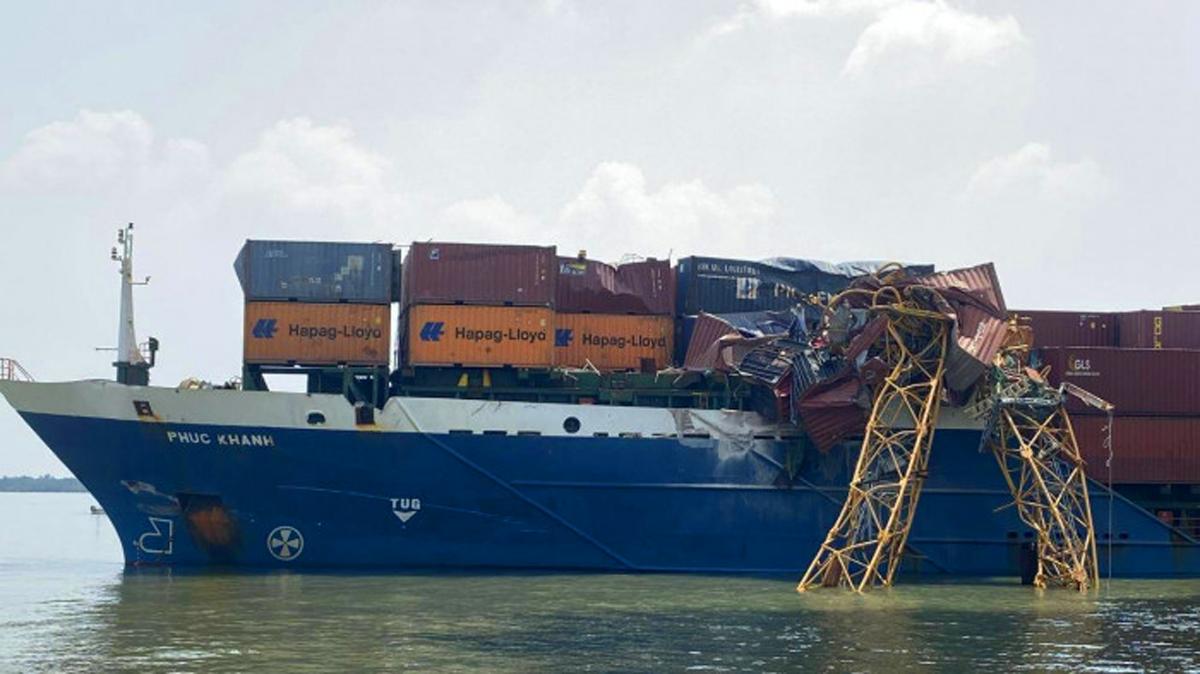 Cần cẩu gãy sau va chạm, rơi xuống đè biến dạng nhiều container trên tàu hàng, sáng 21/2. Ảnh: Phan Doãn.