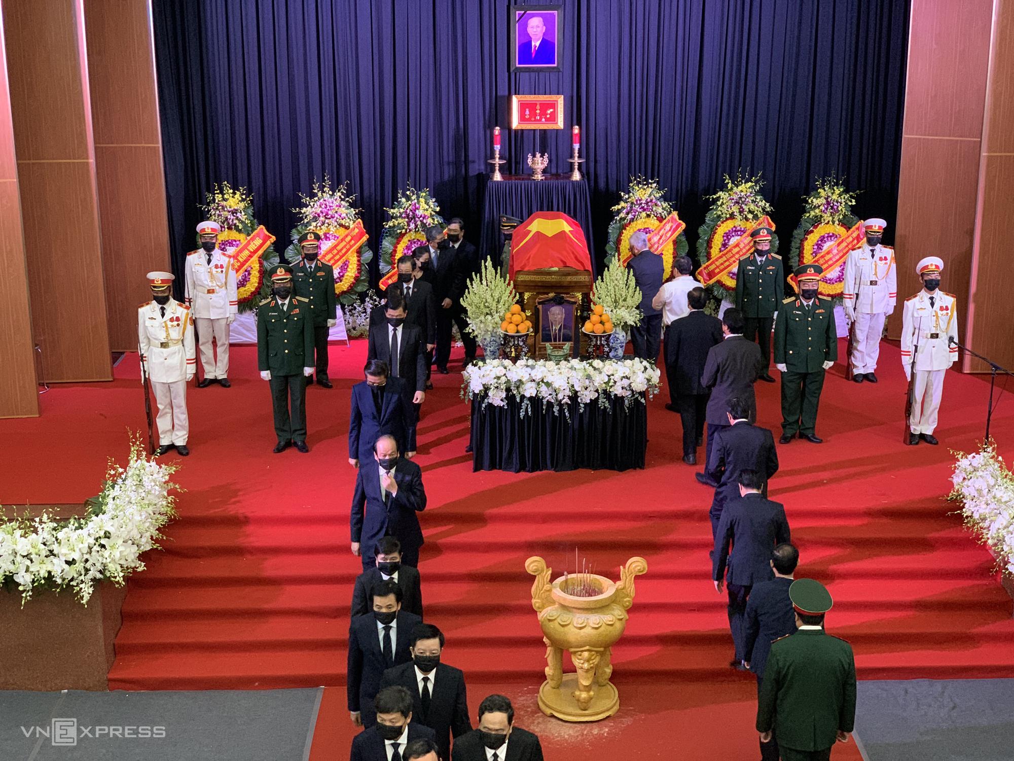 Ban tổ chức lễ tang thực hiện nghi thức lễ truy điệu nguyên Phó thủ tướng Trương Vĩnh Trọng. Ảnh: Quỳnh Trần