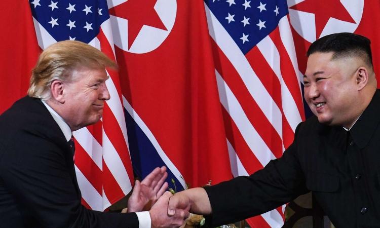 Cựu tổng thống Mỹ Donald Trump (trái) và Chủ tịch Triều Tiên Kim Jong-un bắt tay tại Hà Nội vào ngày 27/2/2019. Ảnh: CNN.