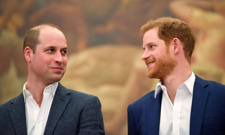 Hoàng tử William (trái) và Hoàng tử Harry tại sự kiện khai mạc trung tâm thể thao ở London tháng 4/2018. Ảnh: AFP.