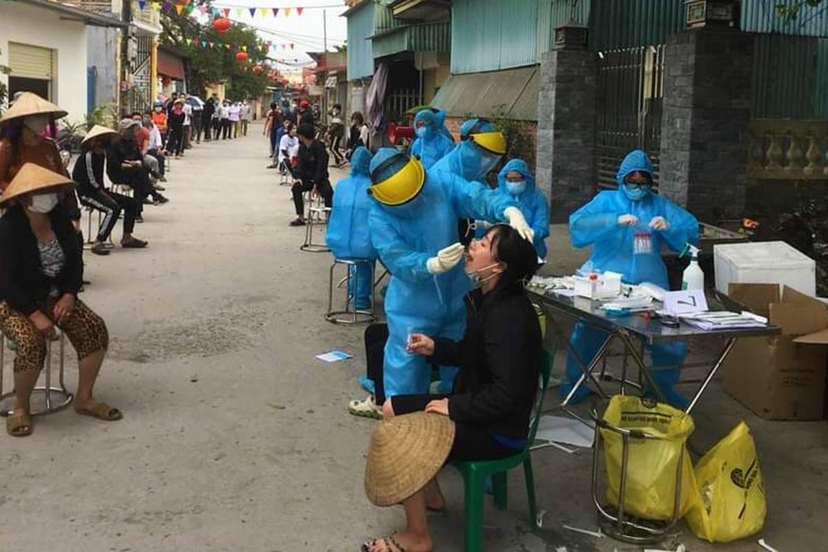 Trong sáng nay, tất cả người dân thôn Lôi Động, xã Hoàng Động, huyện Thủy Nguyên được y tế lấy mẫu xét nghiệm sàng lọc covid-19. Ảnh: CTV