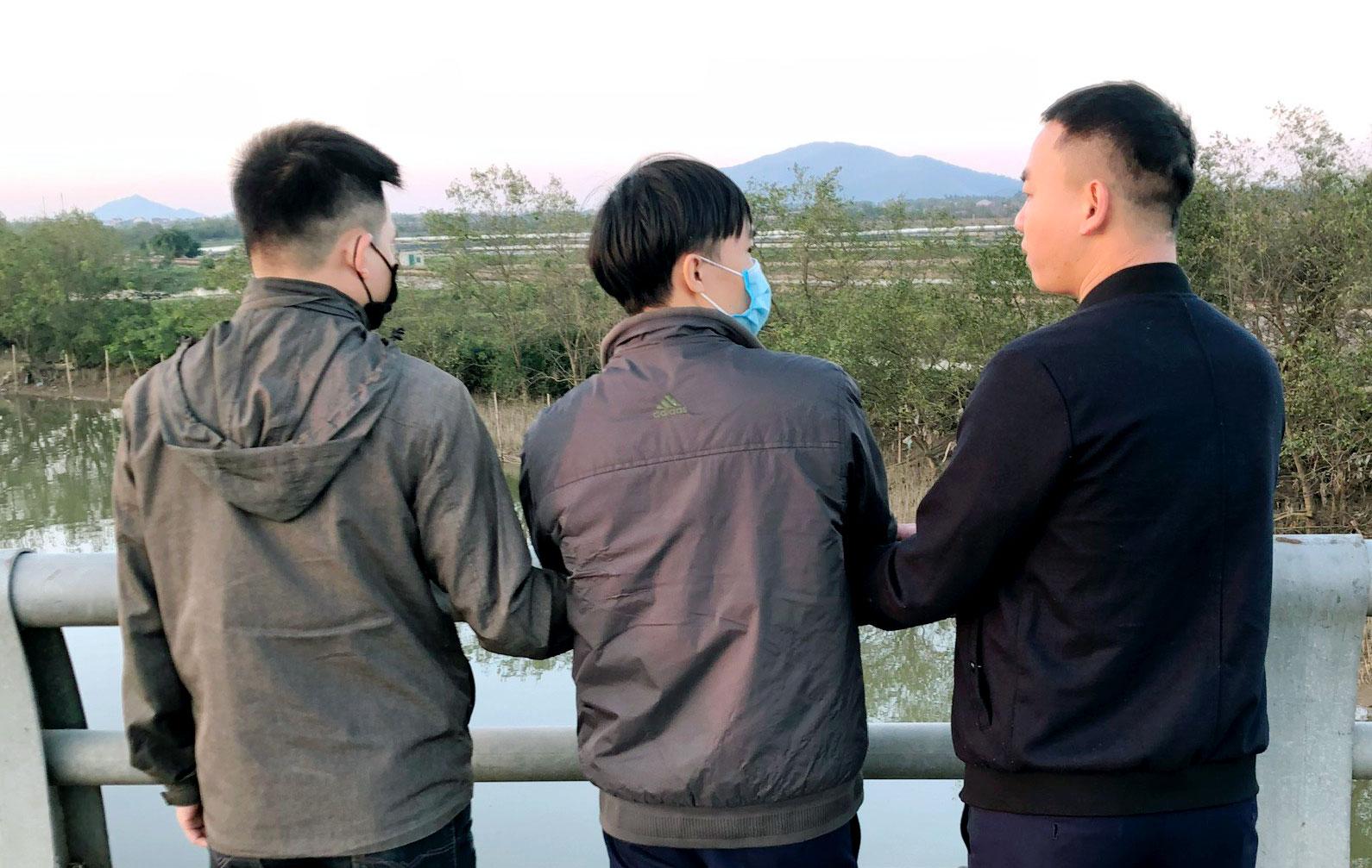 Nghi can Mậu (đứng giữa) chỉ cho cảnh sát chỗ vứt tang vật. Ảnh: Đức Hùng