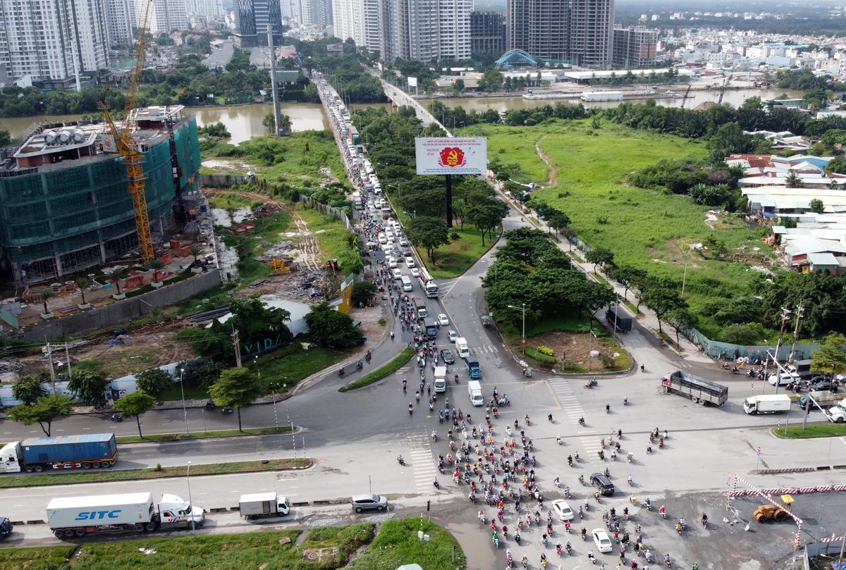 Kẹt xe trên đường Nguyễn Hữu Thọ đoạn qua nút giao Nguyễn Văn Linh, quận 7, hồi tháng 11/2020. Ảnh: Gia Minh.