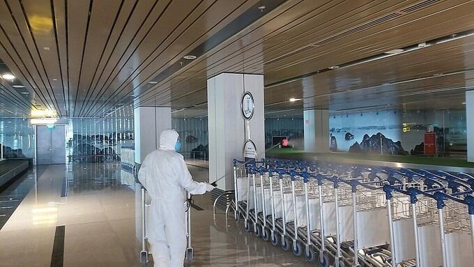 Sân bay Vân Đồn được phun khử trùng thường xuyên. Ảnh: Thế Sơn