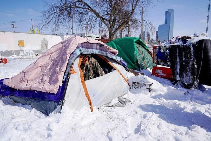 Một người vô gia cư trong lều tại Oklahoma City, bang Oklahoma, hôm 15/2. Ảnh: Reuters