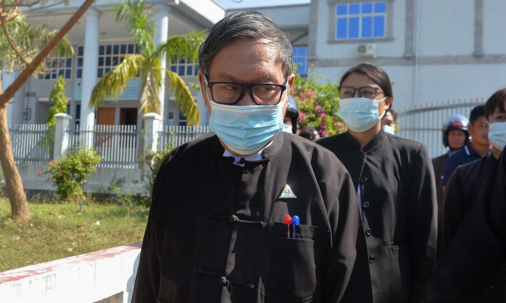 Khin Maung Zaw (giữa ảnh), luật sư của Aung San Suu Kyi, rời một tòa án ở Naypyidaw, Myanmar, hôm 15/2. Ảnh: AFP.