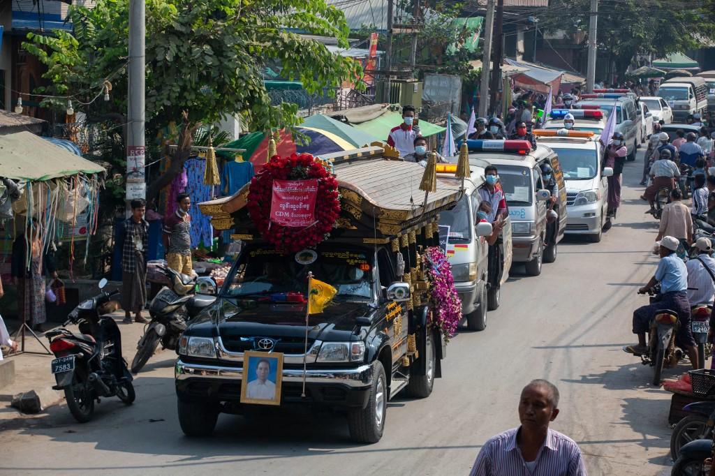 Đoàn xe chở lĩnh cữu Thet Naing Win. Ảnh: AFP