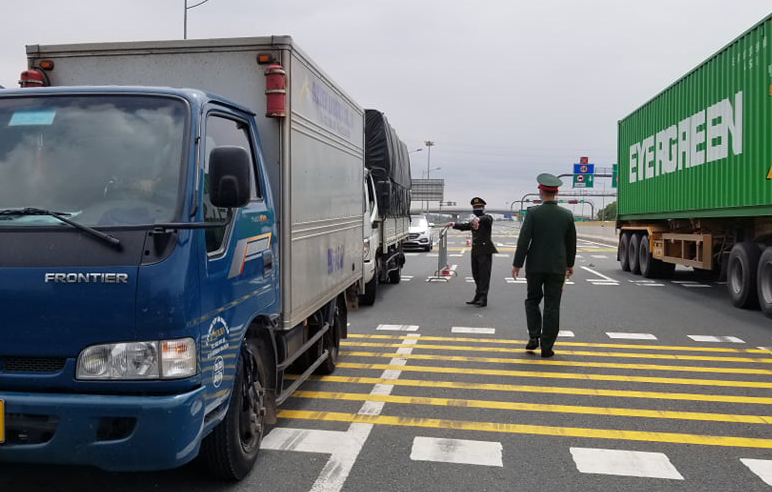 Many trucks of Hai Duong province's license plates circulating on the Hanoi - Hai Phong highway were required to turn around and go the other way, on February 22.  Photo: Giang Chinh