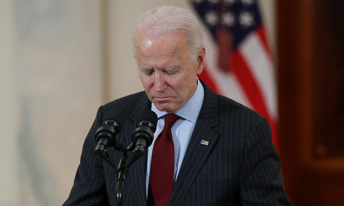 Tổng thống Mỹ Joe Biden đau lòng khi nhắc tới số người tử vong vì Covid-19 tại Mỹ trong bài phát biểu ở Nhà Trắng hôm 22/2. Ảnh: Reuters