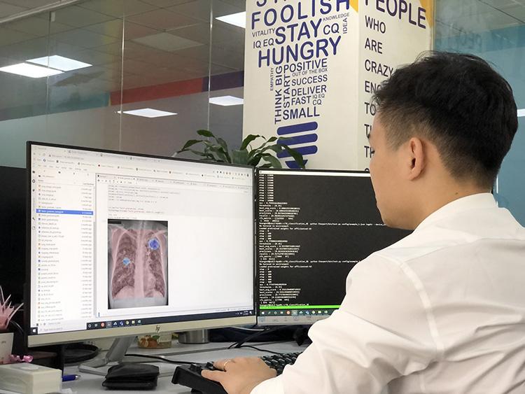 Chuyên gia AI của VinBrain đang sử dụng Nvidia DGX A100 để đào tạo mô hình AI chẩn đoán bệnh lao. Ảnh: VinBrain.