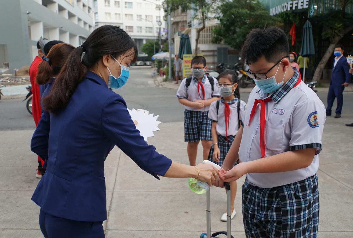 Học sinh trường Tiểu học Lê Đức Thọ trong buổi học tháng 5/2020, sau đợt nghỉ kéo dài vì Covid-19. Ảnh: Mạnh Tùng.