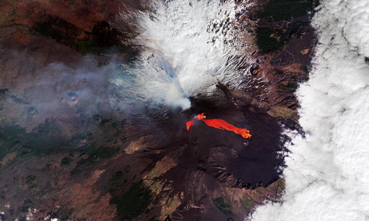 Dòng dung nham chảy từ núi lửa Etna hôm 21/2. Ảnh: ESA.