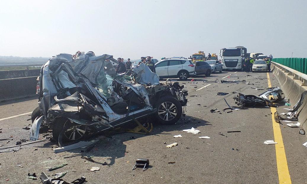 Một ôtô con biến dạng trong tai nạn liên hoàn. Ảnh: United Daily News