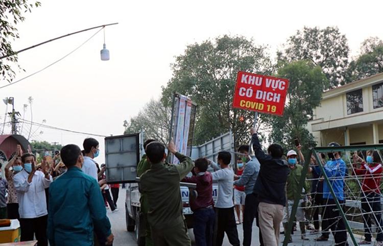 Lực lượng chức năng dỡ phong toả thôn Nhiêu Đậu vào chiều 20/2. Ảnh: Bắc Ninh gov
