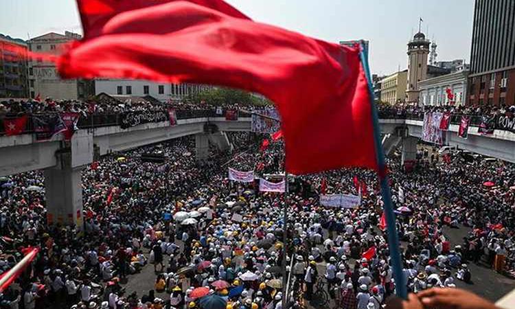 Biểu tình phản đối đảo chính ở thành phố Yangon, Myanmar hôm 22/2. Ảnh: Reuters.