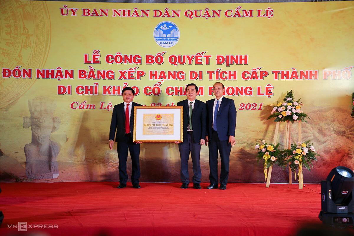 Lãnh đạo thành phố trao bằng xếp hạng di tích cho quận Cẩm Lệ. Ảnh: Nguyễn Đông.