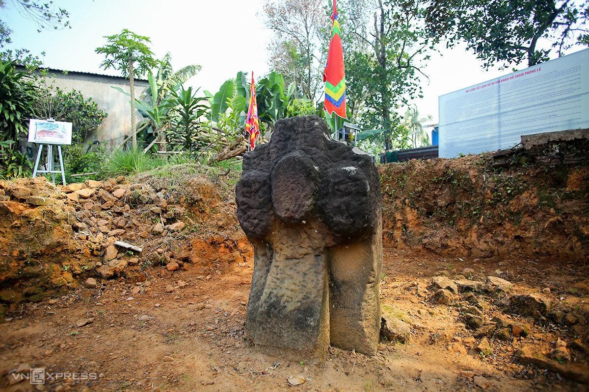 Một cổ vật được tìm thấy trong khu vực khảo cổ. Ảnh: Nguyễn Đông.