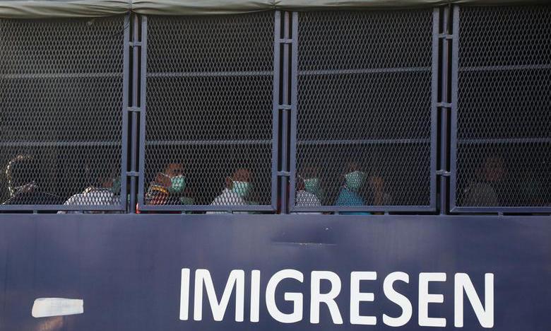 Người di cư trên xe tải chuẩn bị được đưa về Myanmar tại Lumut, Malaysia, hôm nay. Ảnh: Reuters.