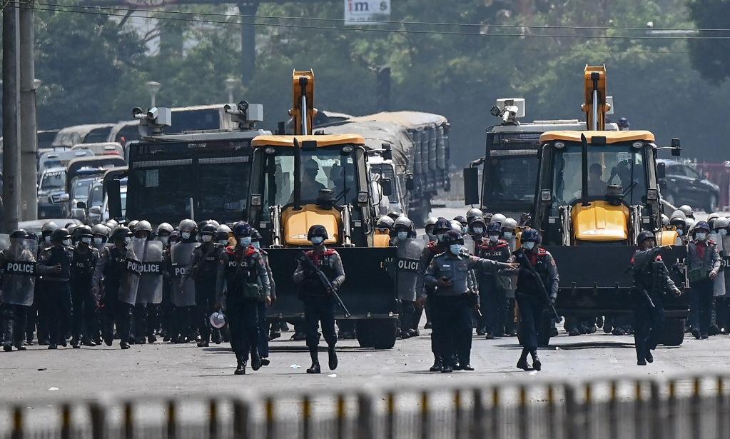Cảnh sát chống bạo động được triển khai ở Yangon để đối phó người biểu tình hôm 22/2. Ảnh: AFP