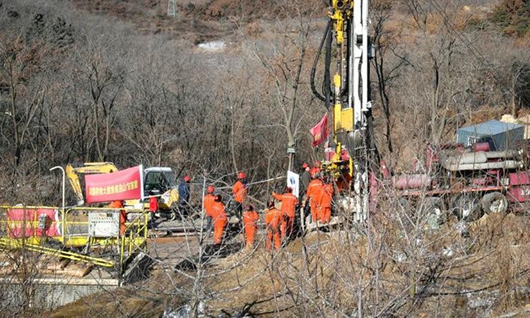 Nhân viên cứu hộ giải cứu thợ mỏ bị mắc kẹt sau vụ sập mỏ vàng ở thành phố Tê Hà, tỉnh Sơn Đông hồi tháng 1. Ảnh: AFP.