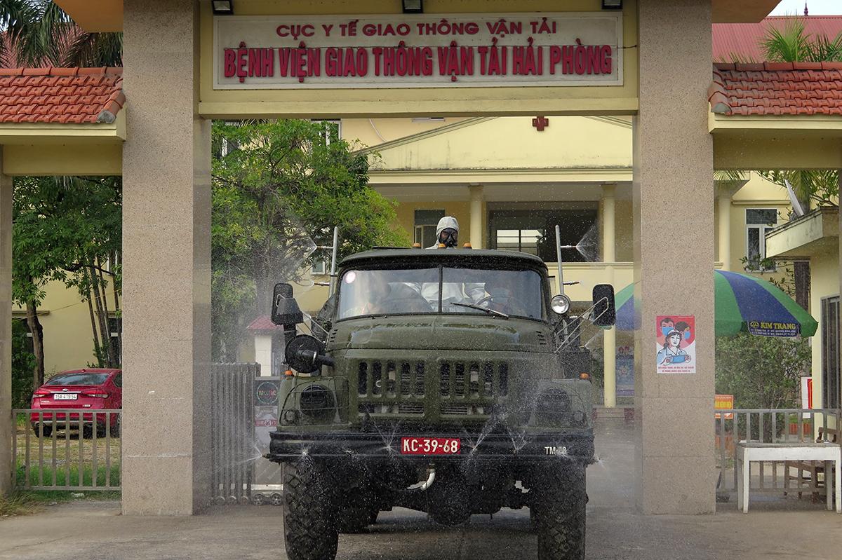 Đơn vị phòng hóa của Bộ Tư lệnh Quân Khu Ba phun hóa chất khử khuẩn Bệnh viện GTVT trên quốc lộ 5, quận Hồng Bàng. Ảnh: Giang Chinh