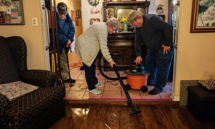 Sàn phòng khách ngập nước bên trong nhà ông bà Culver. Ảnh: NYTimes.