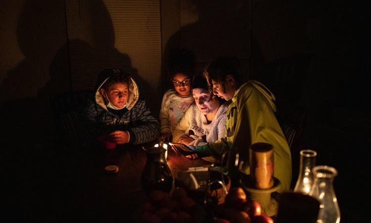Một hộ gia đình bị mất điện ở Texas hôm 17/2. Ảnh: NYTimes.