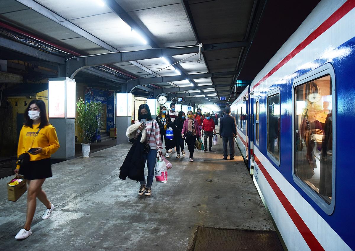 Hành khách đi tàu tại ga Hà Nội. Ảnh: Giang Huy