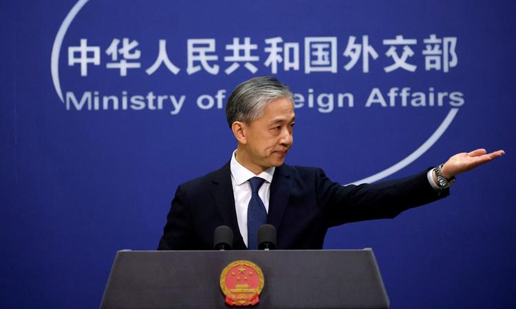 Phát ngôn viên Bộ Ngoại giao Trung Quốc Uông Văn Bân tại cuộc họp báo ở Bắc Kinh tháng 12/2020. Ảnh: Reuters.
